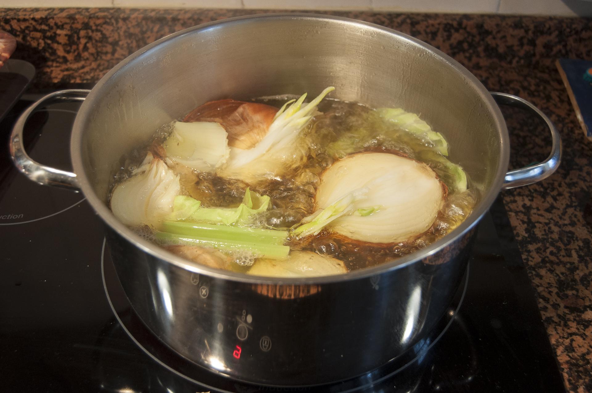 Cocinando receta caldo de cebolla
